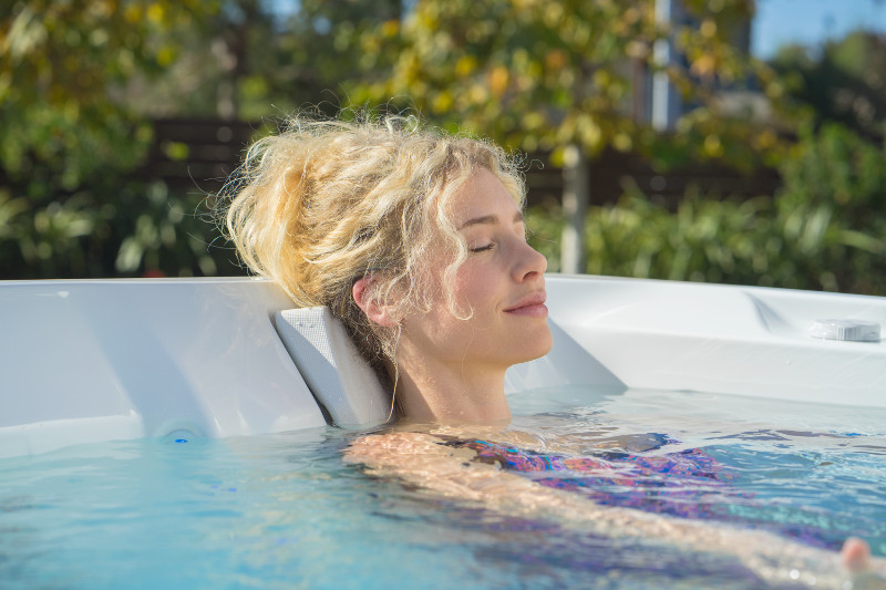HotSpring-Limelight-2018-Flair-AlpineWhite-Lifestyle-Woman Alone_001